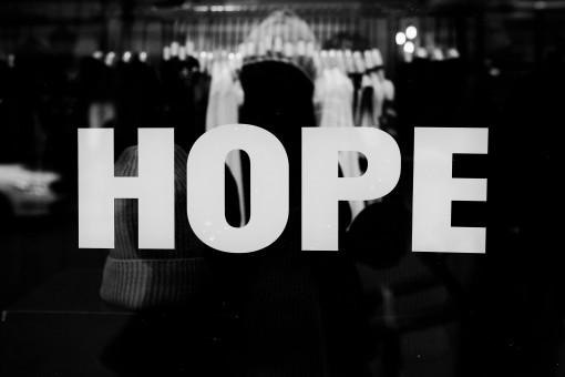 Spiegelnde Glasscheibe, auf der das Wort Hope steht