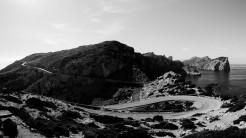 Serpentinen schlängeln sich durch bergige Küstenlandschaft