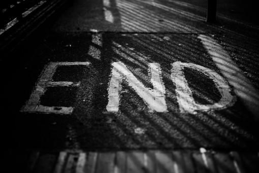 Fahrbahnmarkierung mit den Worten End
