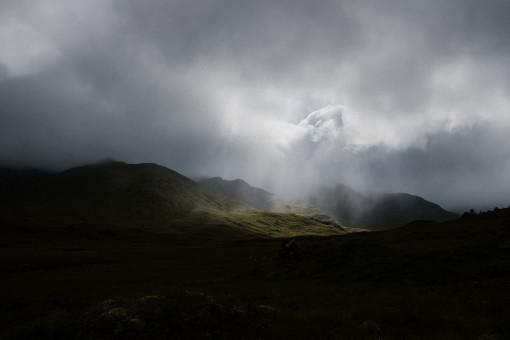 Licht bricht durch die Wolken im schottischen Hochland