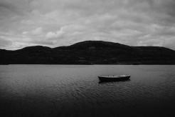 Verlassenes Ruderboot in schottischem See auf der Isle of Skye