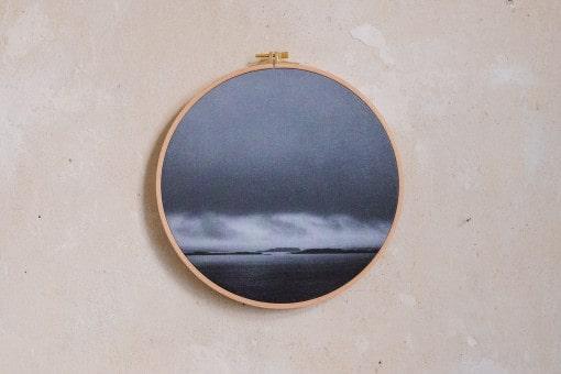 Stoffdruck im Stickrahmen von Nicole Siemers für das atelier.91, Tiefe Wolken über Skye