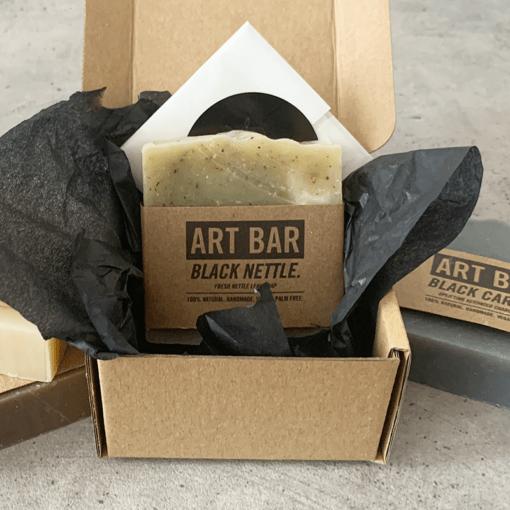 Limitierte Art Bar Seife Black Nettle mit limitiertem Art Print von Jen Black, atelier.91